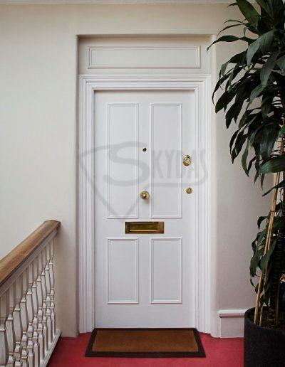 Skydas baltos buto durys