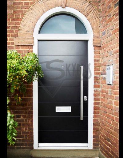 Skydas lauko durys su arkiniu virsduriu juodos