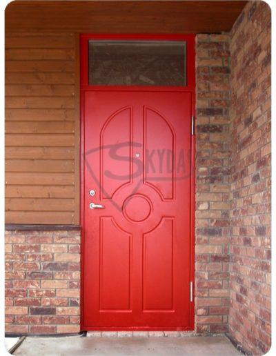 Skydas raudonos namo durys
