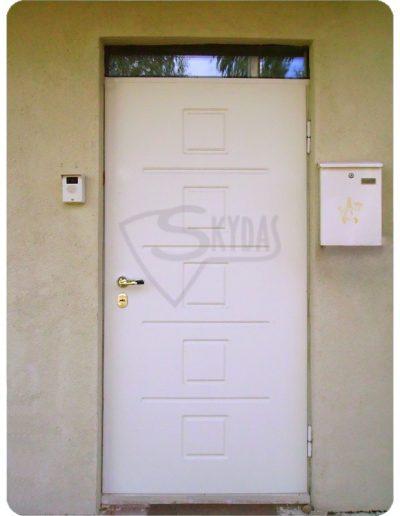 Skydas baltos namo durys šarvo