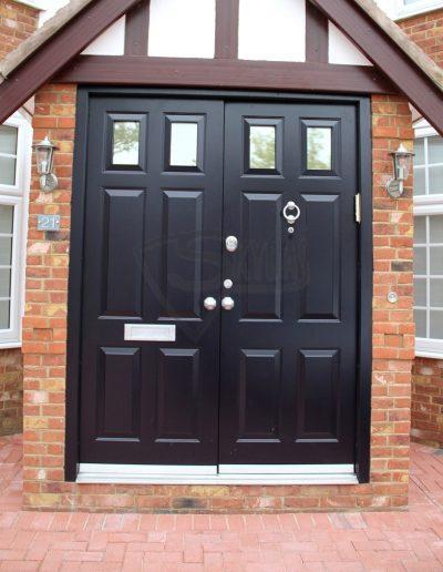 Skydas dvigubos sarvuotos durys