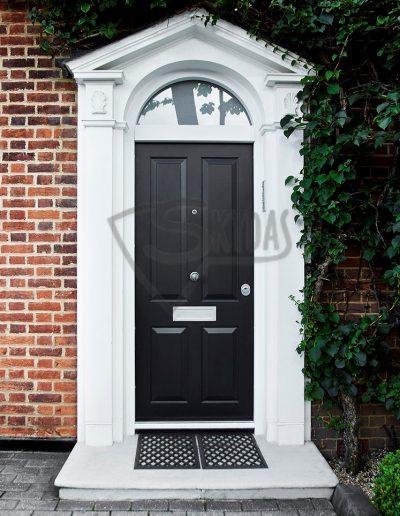 Skydas namo durys UK