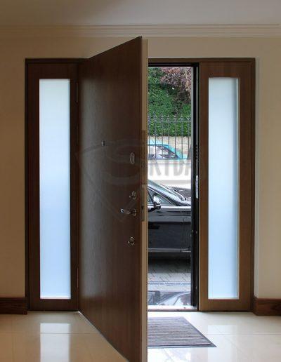 Skydas sarvo durys su soninem dalim
