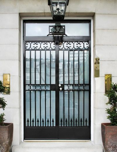 Skydas spec sarvuotos durys